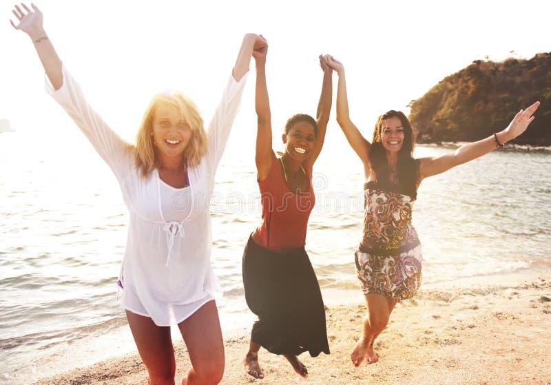 Концепция торжества силы девушек пляжа потехи женщин стоковое фото