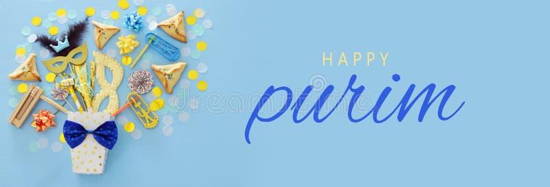 Концепция торжества Purim & x28; еврейское holiday& x29 масленицы; над голубой деревянной предпосылкой Взгляд сверху стоковое изображение