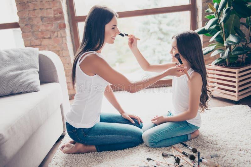 Концепция тратить время вместе с детьми! Счастливое красивое mot стоковое изображение rf