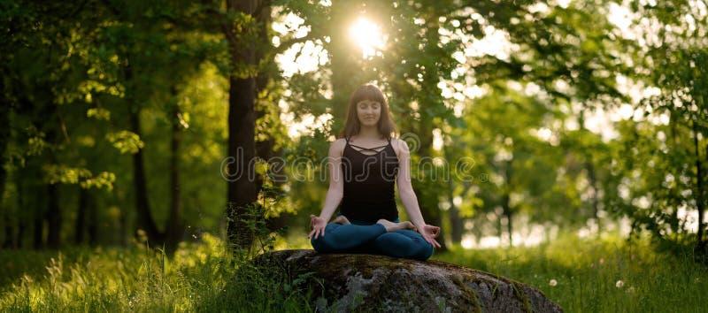 Концепция тренировки жизни раздумья здоровая размышлять и ослаблять в представлении лотоса Padmasana стоковая фотография rf