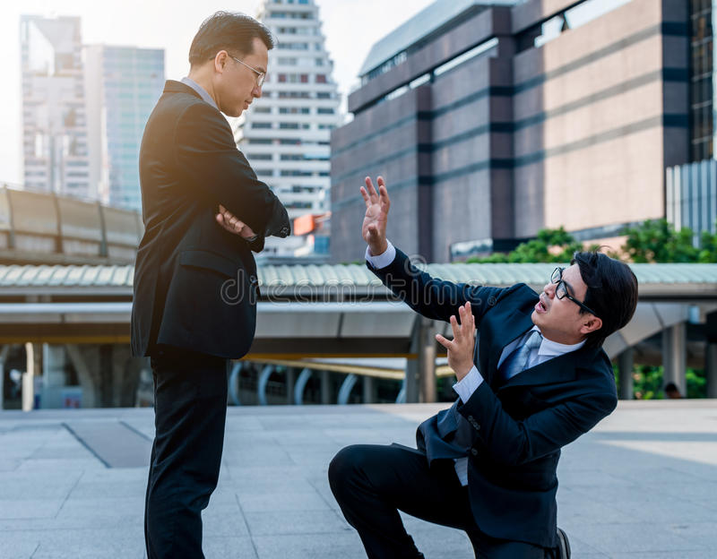 Концепция угнетанный боссом с бизнесменом утеснительным стоковое изображение rf