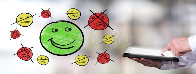 Концепция удолетворения потребностей клиента с человеком используя планшет стоковая фотография rf