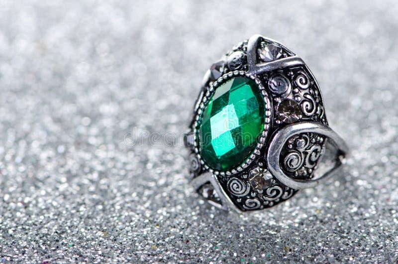 Концепция украшений с кольцом на сияющей предпосылке стоковое изображение rf