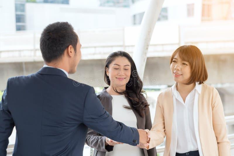 Концепция успеха в бизнесе: бизнесмены встречая работая teamw стоковое изображение rf