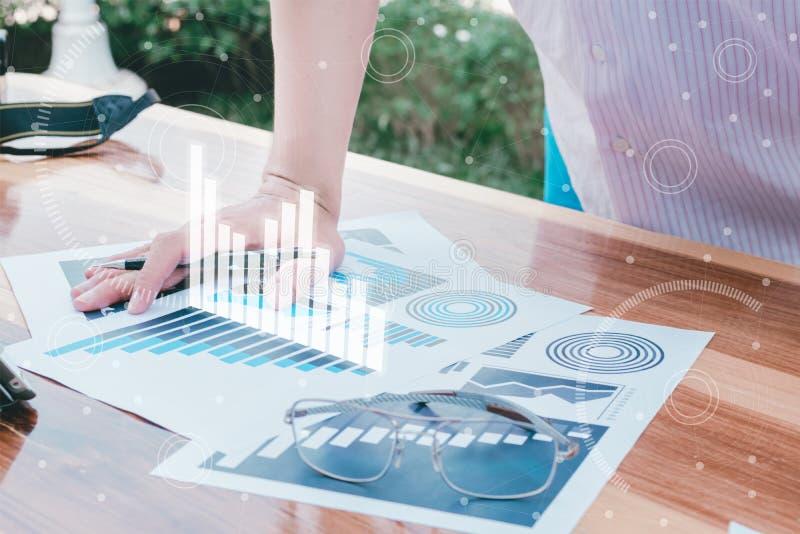 Концепция успеха коммерческой статистики: чарс аналитика бизнесмена стоковая фотография