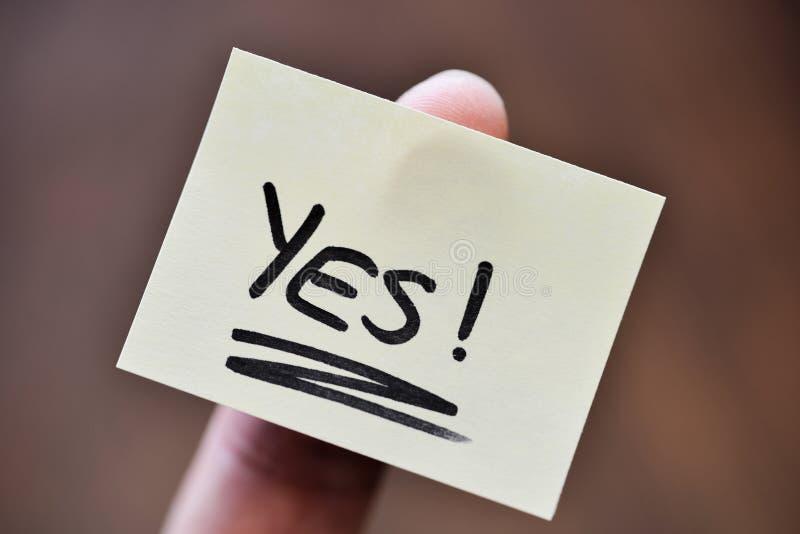 Концепция успеха/цели - указательный палец держа примечание с Handwrit стоковые изображения rf