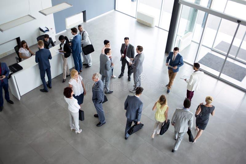Концепция успешное многонационального коллег на деловой встрече стоковые фото