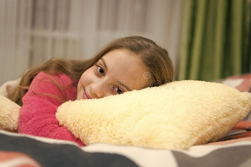 Концепция ухода за детьми Приятная релаксация времени Психические здоровья и позитивность Свободные направленные раздумье и релак стоковые фотографии rf