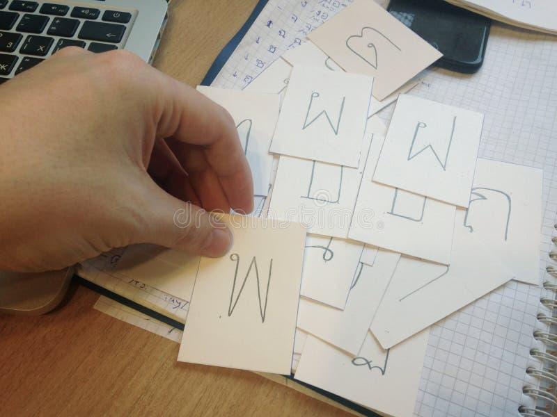 Концепция учить тайский язык и алфавит Мужская карта удерживания руки с письмом