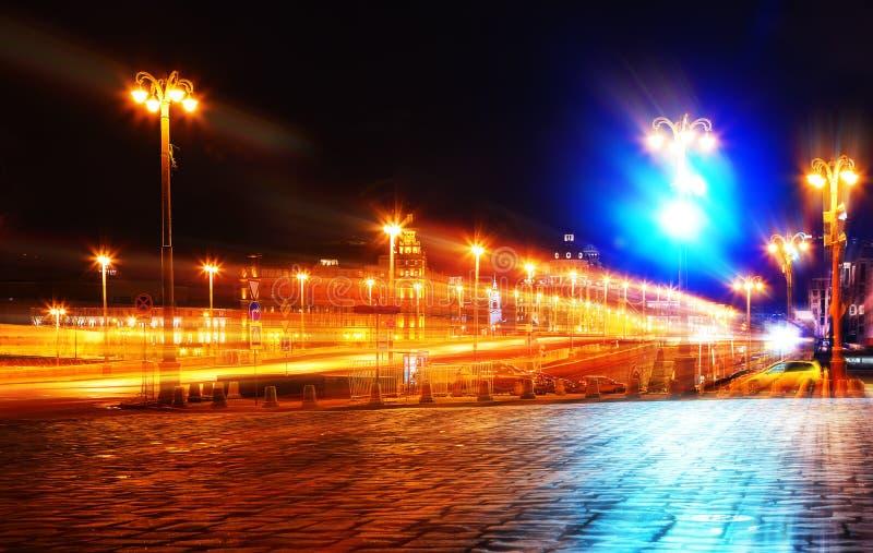 Концепция улицы города ночи с нерезкостью движения на предпосылке уличного освещения стоковые изображения