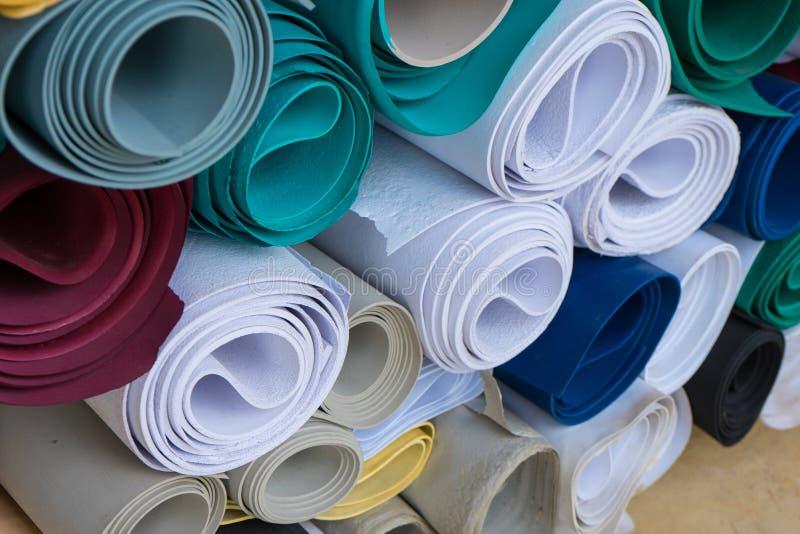 Концепция фабрики ботинок: Резиновые строка и куча листов в фабрике стоковые фото