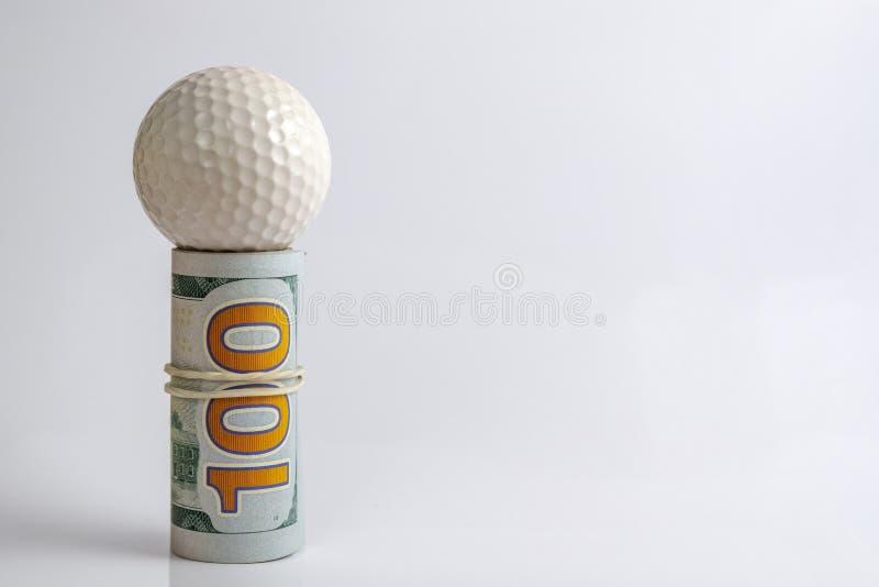 Концепция финансового риска, конкуренция игрока в гольф для денег или спорт держа пари коррупция Крен связанных долларовых банкно стоковые изображения rf