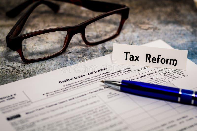 Концепция финансов дела натюрморта налога, форма 1099, с калькулятором, ручка мелкий DOF стоковые изображения rf
