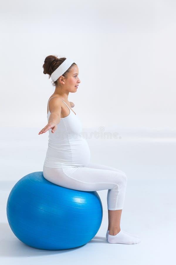 Концепция фитнеса, спорта и образа жизни для беременных женщин стоковые фотографии rf