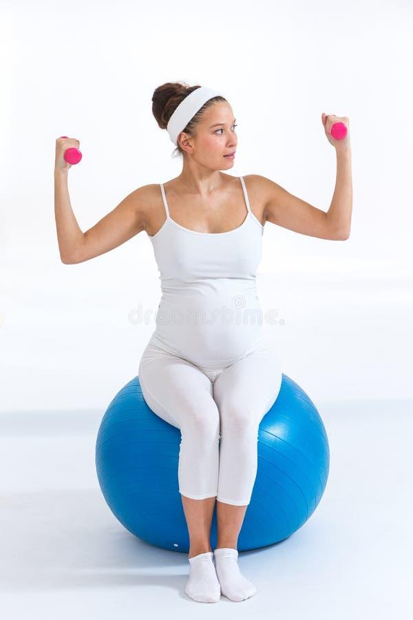 Концепция фитнеса, спорта и образа жизни для беременных женщин стоковое фото