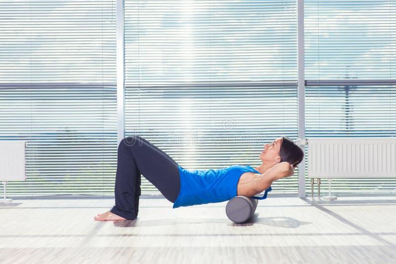 Концепция фитнеса, спорта, тренировки и образа жизни - женщина делая pil стоковое изображение