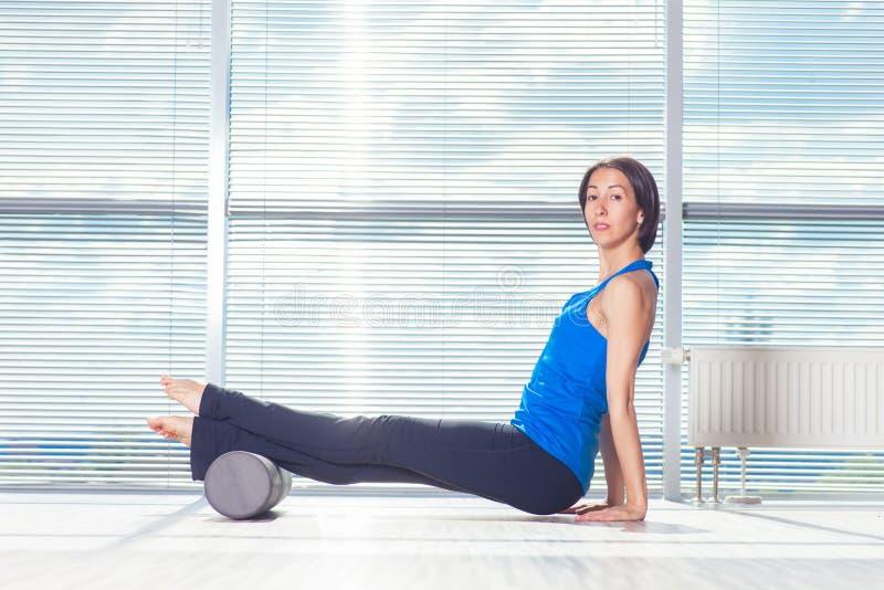 Концепция фитнеса, спорта, тренировки и образа жизни - женщина делая pil стоковые изображения