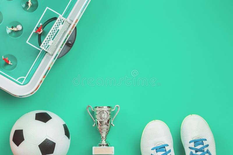 Концепция футбола с настольной игрой, чашкой и шариком футбола стоковое изображение