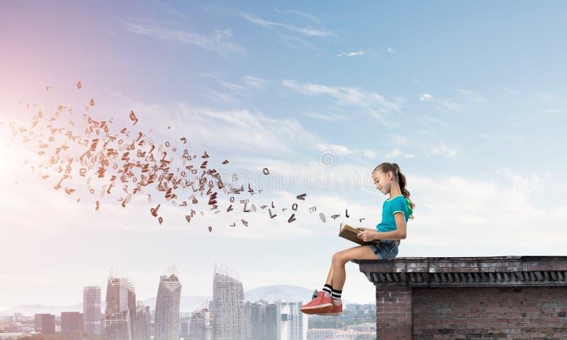 Концепция халатного счастливого детства при девушка исследуя этот мир стоковые изображения