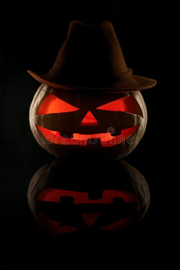 Концепция хеллоуина Злий страшный ковбой тыквы в шляпе внутри стоковое фото rf