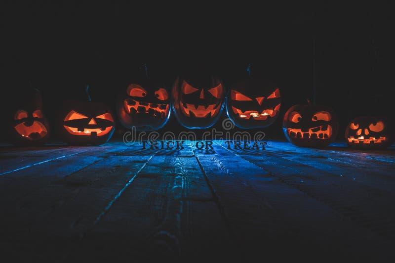 Концепция хеллоуина Много накаляя пламенистый свет злого страшного pum стоковые изображения