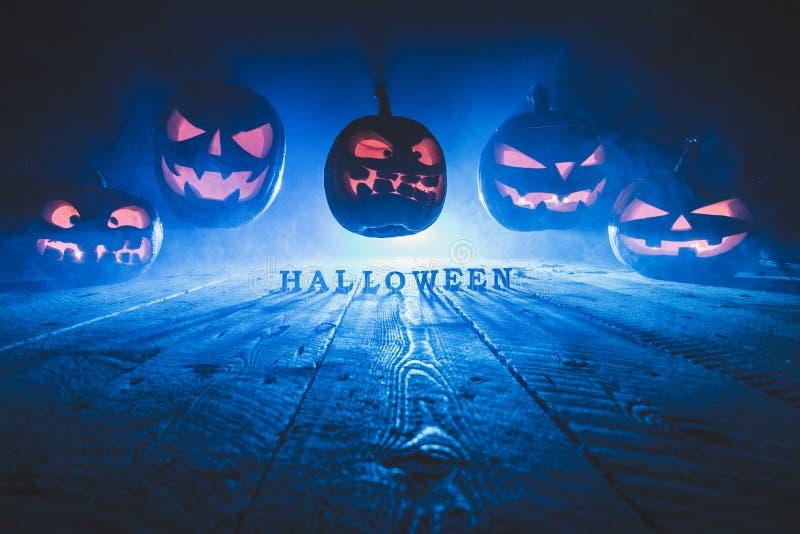 Концепция хеллоуина Много накаляя пламенистый свет злого страшного pum стоковое изображение
