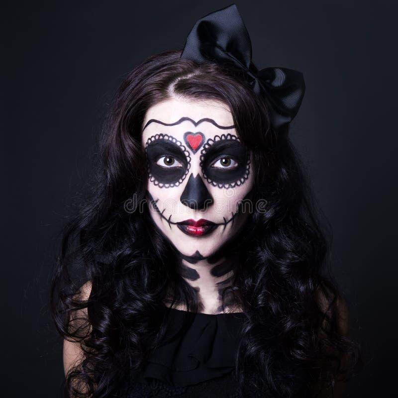 Концепция хеллоуина - близкая вверх молодой женщины с черепом составьте стоковое изображение