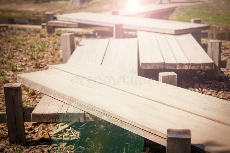 Концепция хорошего способа Старый деревянный мост sunlight стоковая фотография rf