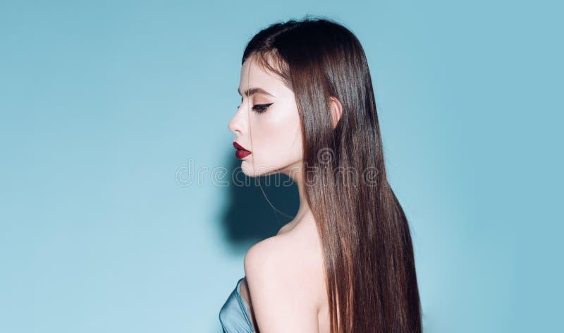 Концепция шампуня Шампунь для шелковистых волос Помойте ваши волосы с шампунем Волшебный шампунь делает женщину волшебный Шелкови стоковое фото rf