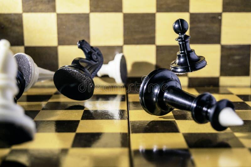Концепция, шахматные фигуры падая на доску стоковое фото rf
