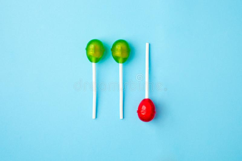 Концепция шипучки Lolli положенная квартирой минимальная, 3 круглых шипучки lolli luing на голубой предпосылке, ультрамодном изол стоковые изображения rf
