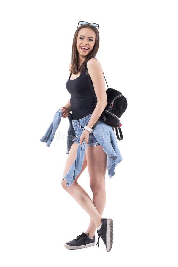 Концепция юмора шутки Молодая красивая стильная женщина в случайных одеждах смеясь heartily стоковое изображение rf