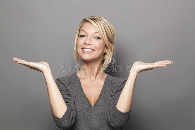 Концепция языка жестов для удовлетворенной белокурой женщины 20s стоковые фото