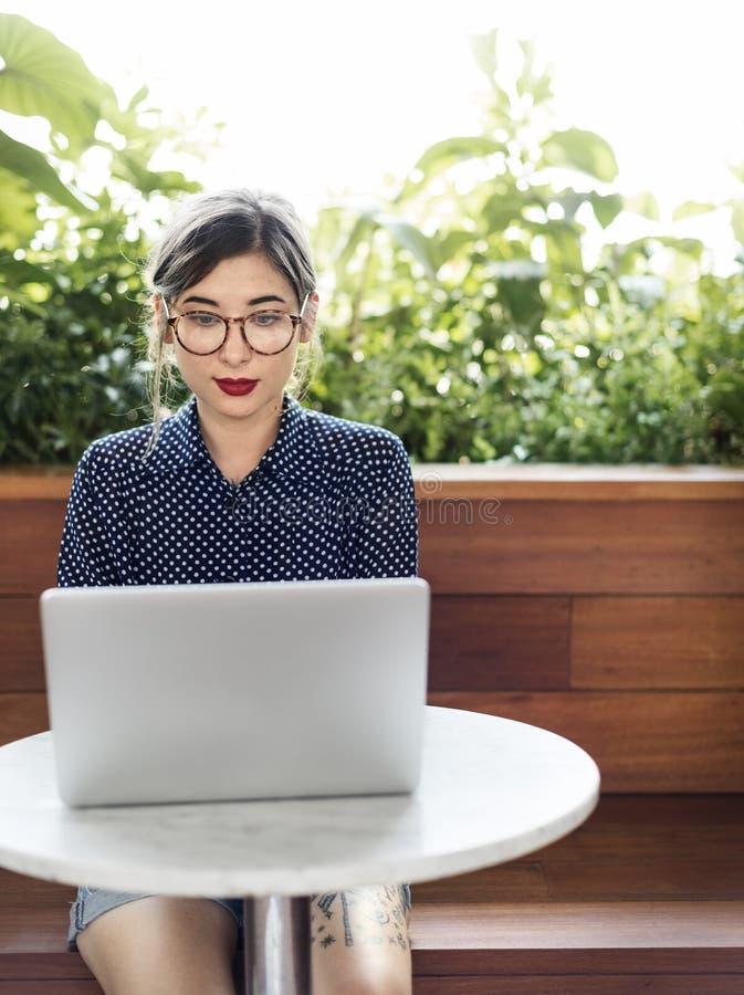 Концепция Casaul интернет-кафе компьютера женщины думая стоковое фото rf