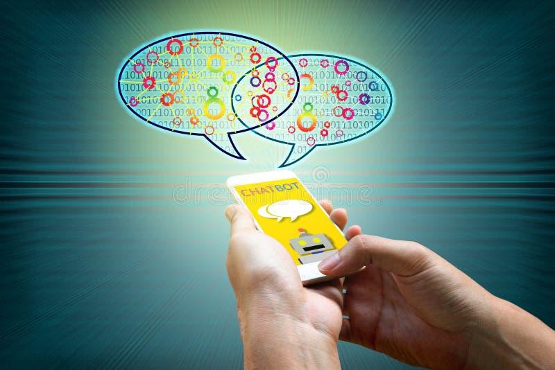 Концепция Chatbot Человек держа smartphone и используя беседовать стоковое фото rf