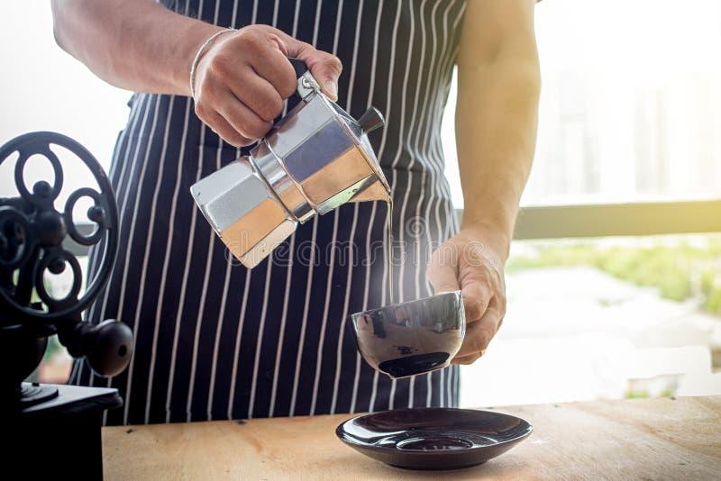 Концепция coka кофе Barista Бак кофе Moka для того чтобы сделать эспрессо в наличии barista льет эспрессо от бака moka Кофе в вин стоковые фотографии rf