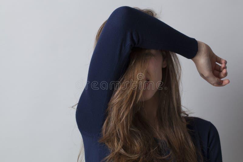 Концепция Haircare для красивый прятать молодой женщины стоковое фото rf