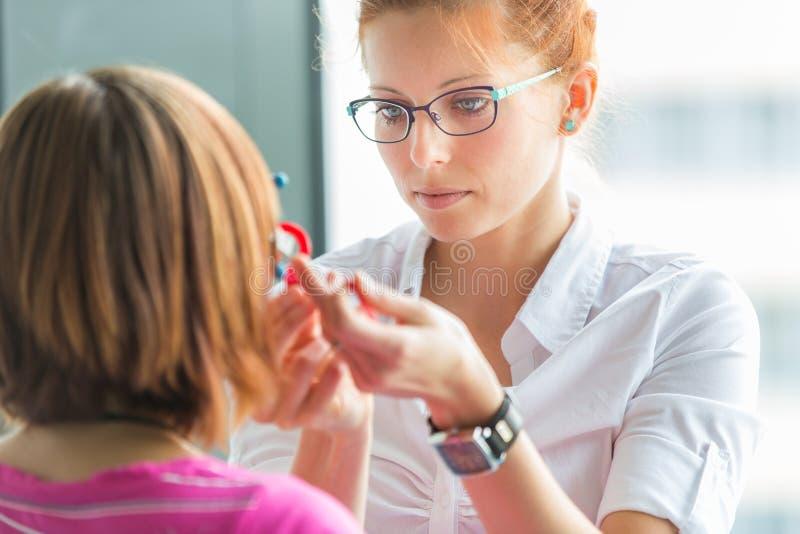 Концепция Optometry - довольно, молодой женский optometrist стоковое изображение rf