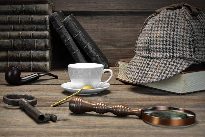 Концепция Sherlock Holmes Инструменты частного детектива на деревянной плате стоковая фотография rf