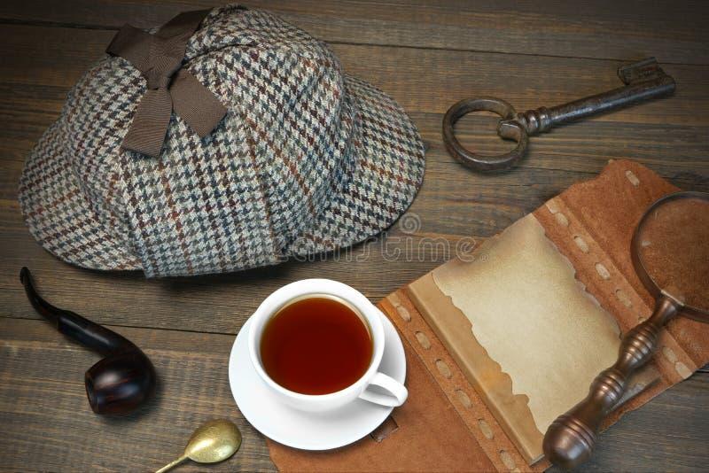 Концепция Sherlock Holmes Инструменты частного детектива на деревянной плате стоковое фото