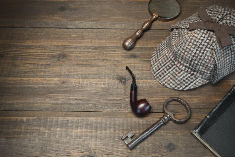 Концепция Sherlock Holmes Инструменты частного детектива на деревянной плате стоковое фото rf