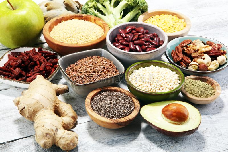 Концепция Superfood на белой таблице с авокадоом, goji и гайками и стоковое изображение rf