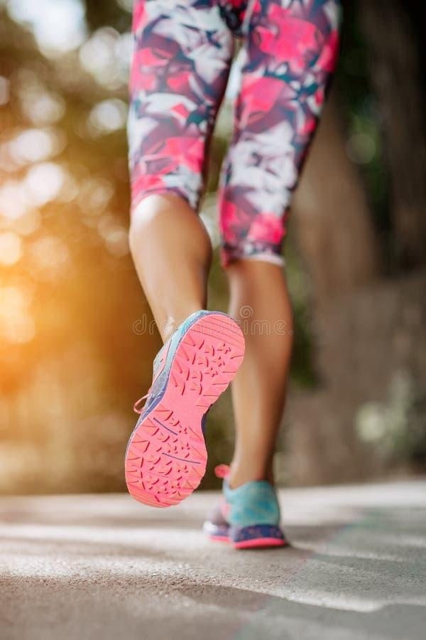 Концепция welness разминки jog восхода солнца фитнеса женщины разминка женщины здоровья восхода солнца идущего ботинка бегунка до стоковое фото rf