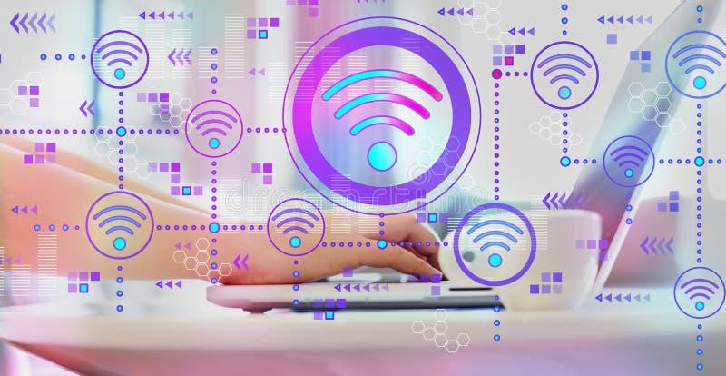Концепция Wifi с женщиной используя ноутбук стоковая фотография rf