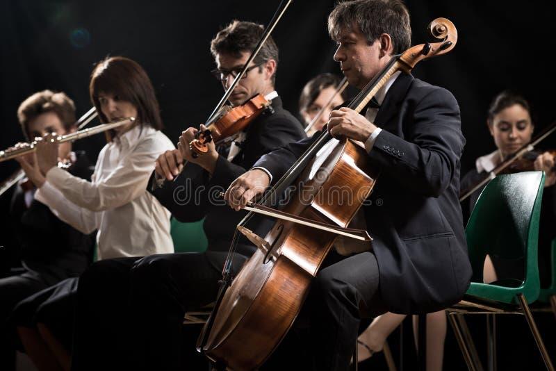 Концерт классической музыки: симфонический оркестр на этапе стоковые изображения