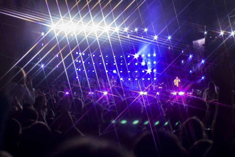 Концерт музыки с участием много посетителей и spectacular стоковое фото