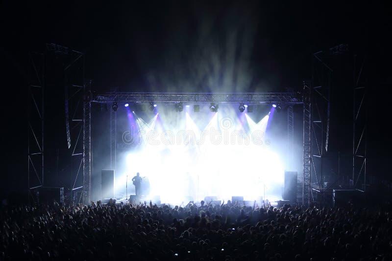 Концерт музыки с этапом и аудиторией на концерте в реальном маштабе времени стоковые фотографии rf