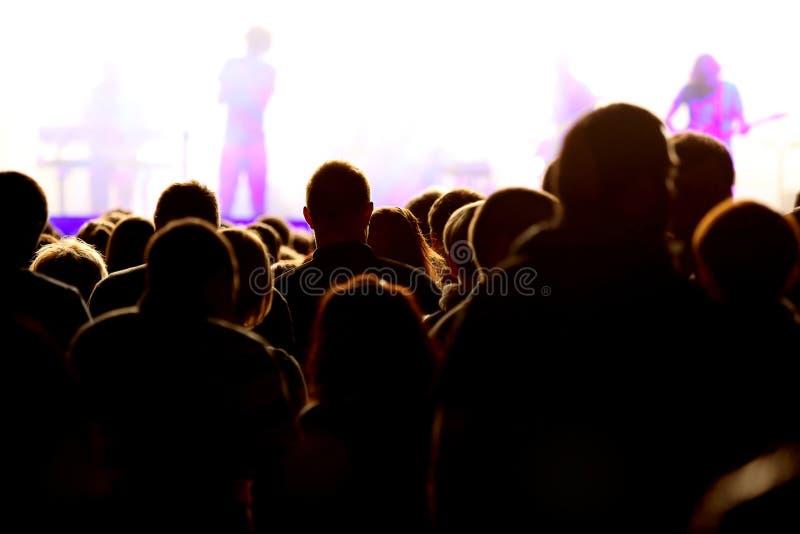 Концерт музыки с этапом и аудиторией на концерте в реальном маштабе времени стоковая фотография rf