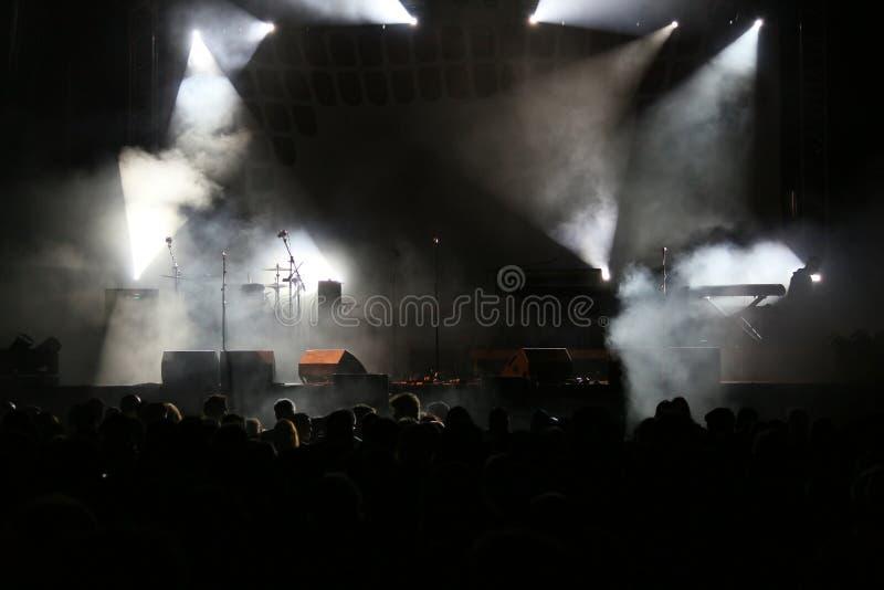 Концерт освещает дым и толпу стоковое фото rf