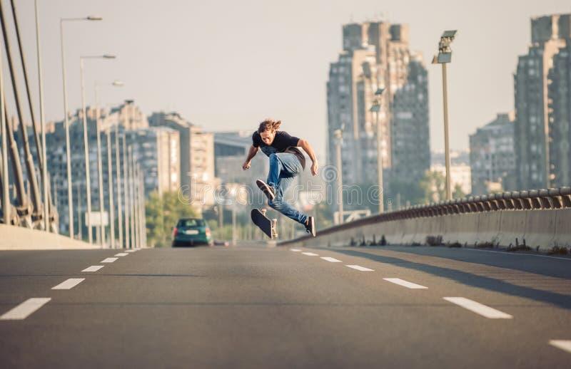 Конькобежец делая фокусы и скача на автодорожный мост улицы Fr стоковые фото